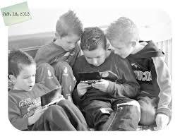 Ilustrasi empat sahabat yang sedang bermain bersama