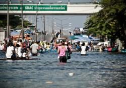 Evakuasi warga saat terjadi banjir di Bangkok beberapa tahun silam