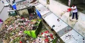 Warga yang sedang membuang sampah