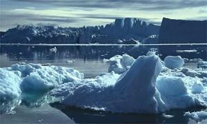 Bongkahan es yang hanyut ini awalnya adalah sebuah bukit es yang besar