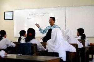 Puisi pendidikan : seorang bapak guru sedang mengajar di depan kelas