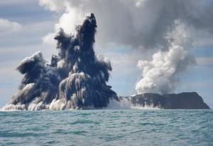 Erupsi gunung vulkanik di bawah laut